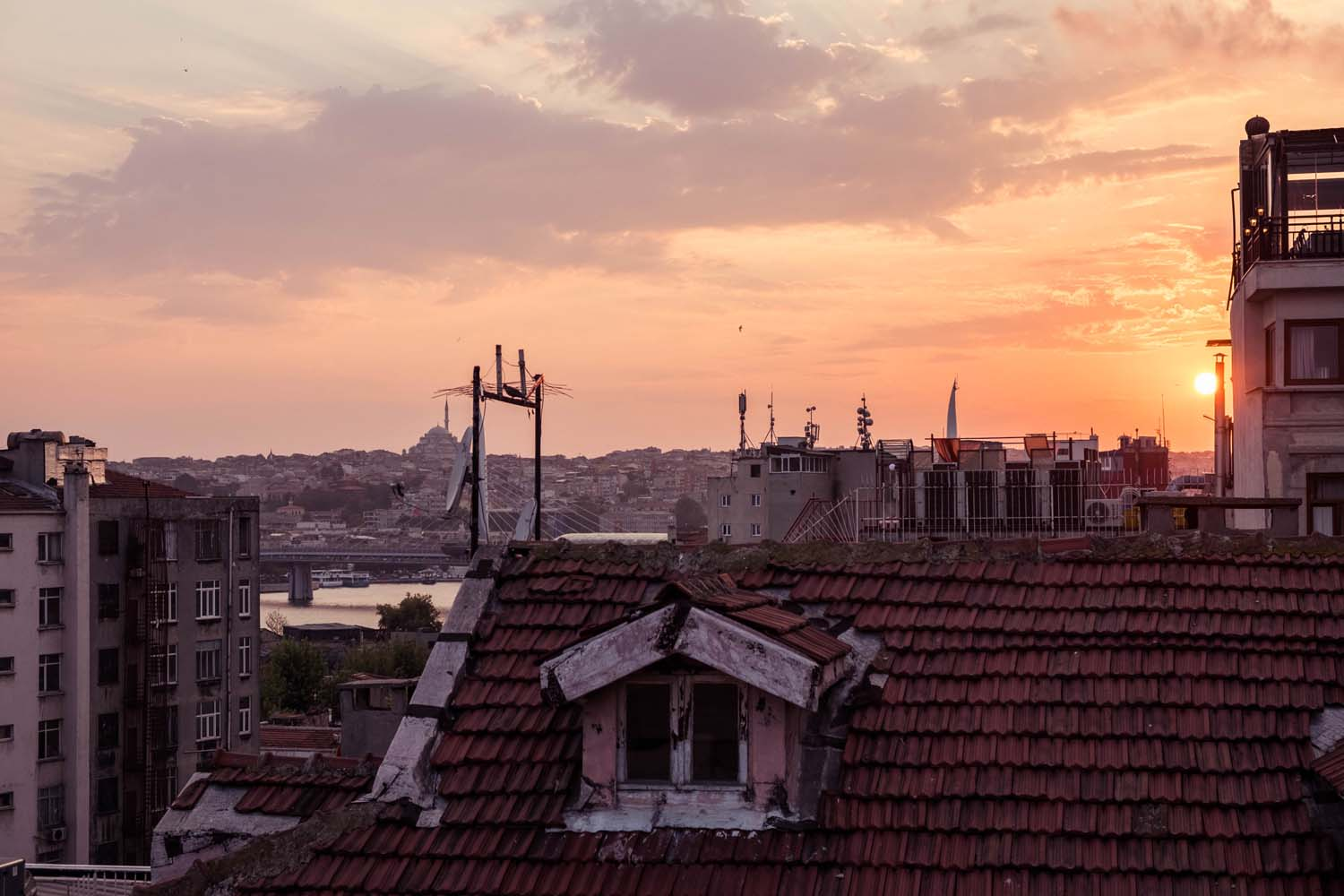Istanbul is romantic, contradicting and exciting - perfect for an overnight date as I recently discovered. Where to stay in Istanbul, what to eat and how to make the most of a stopover in Turkey.