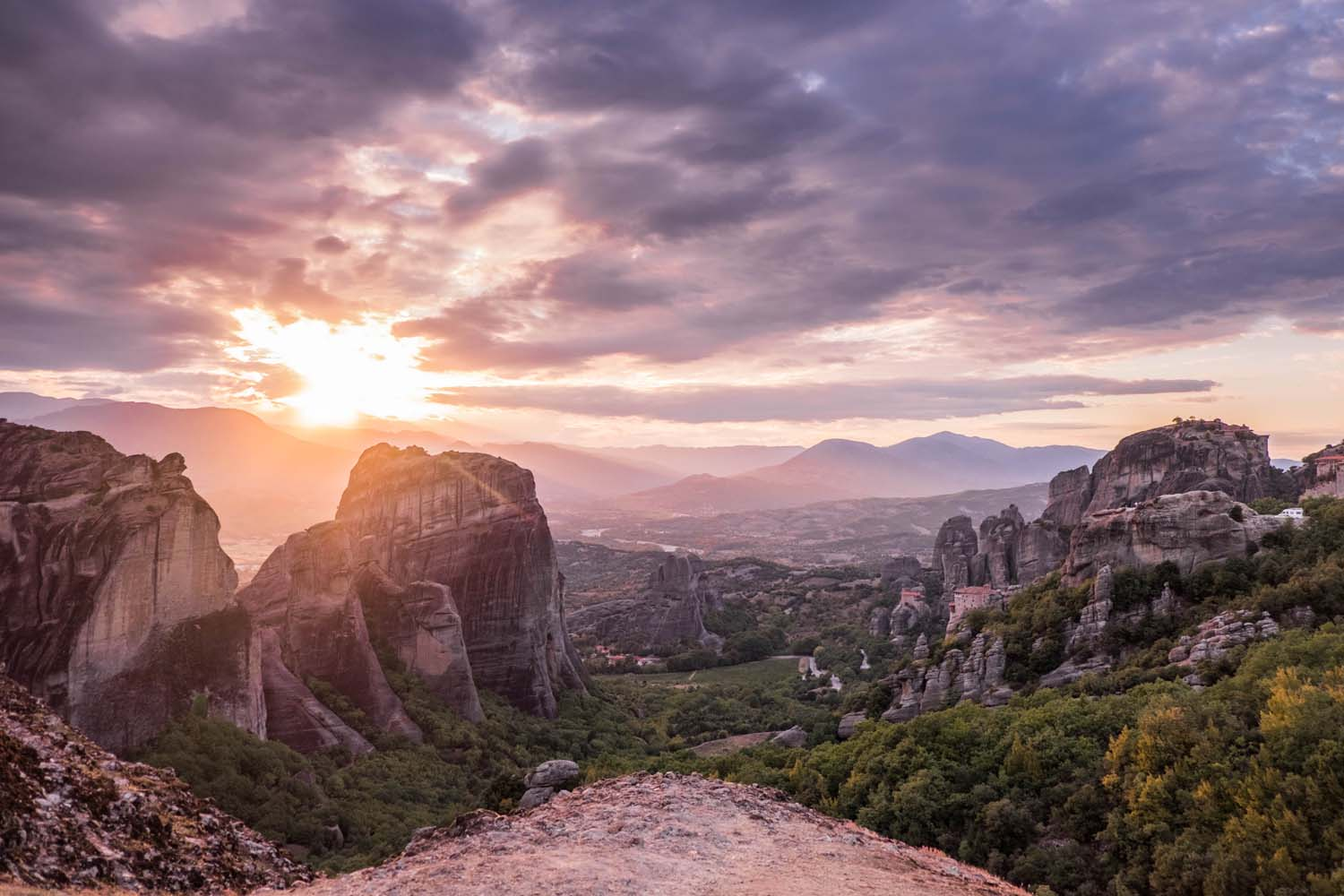 Looking for a Greek destination without blue & white houses and island vibes? Then you should visit Meteora, Greece - a UNESCO site with over 1500 rocks & ancient monasteries.