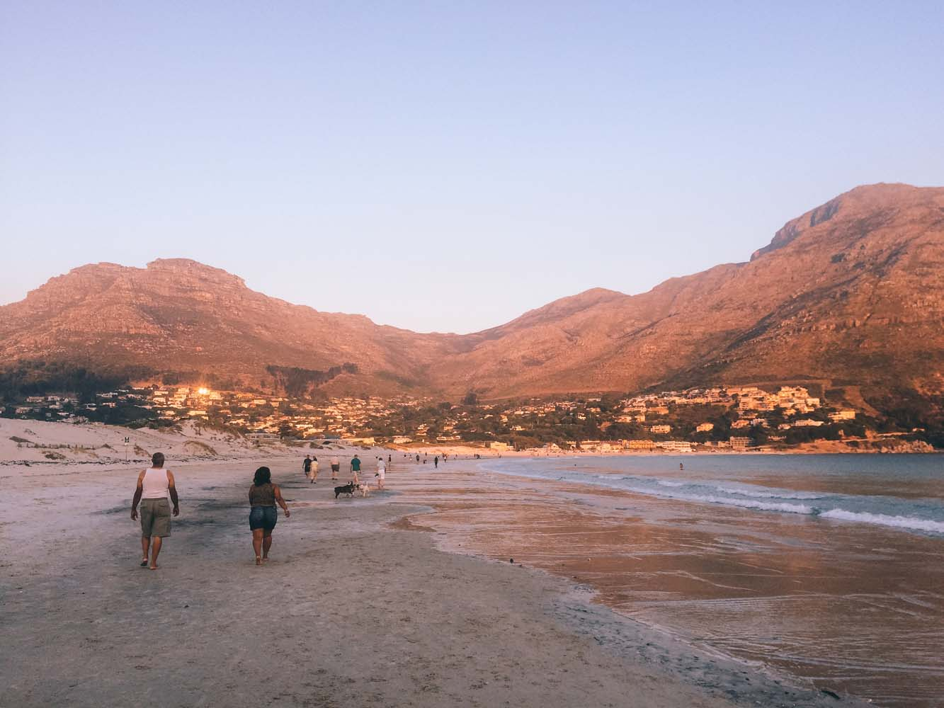 Looking for a unique place to stay and explore during your Cape Town holiday? Check out Hout Bay, Cape Town, a residential seaside suburb with stunning nature and a lively fishing harbor.